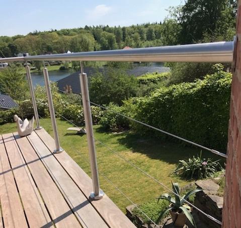 Vores standard-balustre med 3 wiresystemer og håndliste i Ø 48,3 mm i rustfri stål.