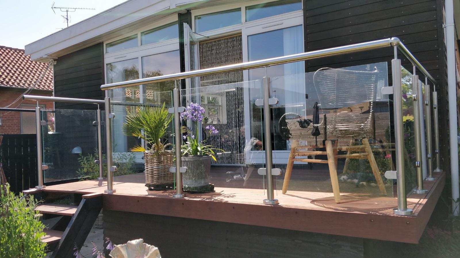 gelænder med håndliste i stål på hævet terrasse