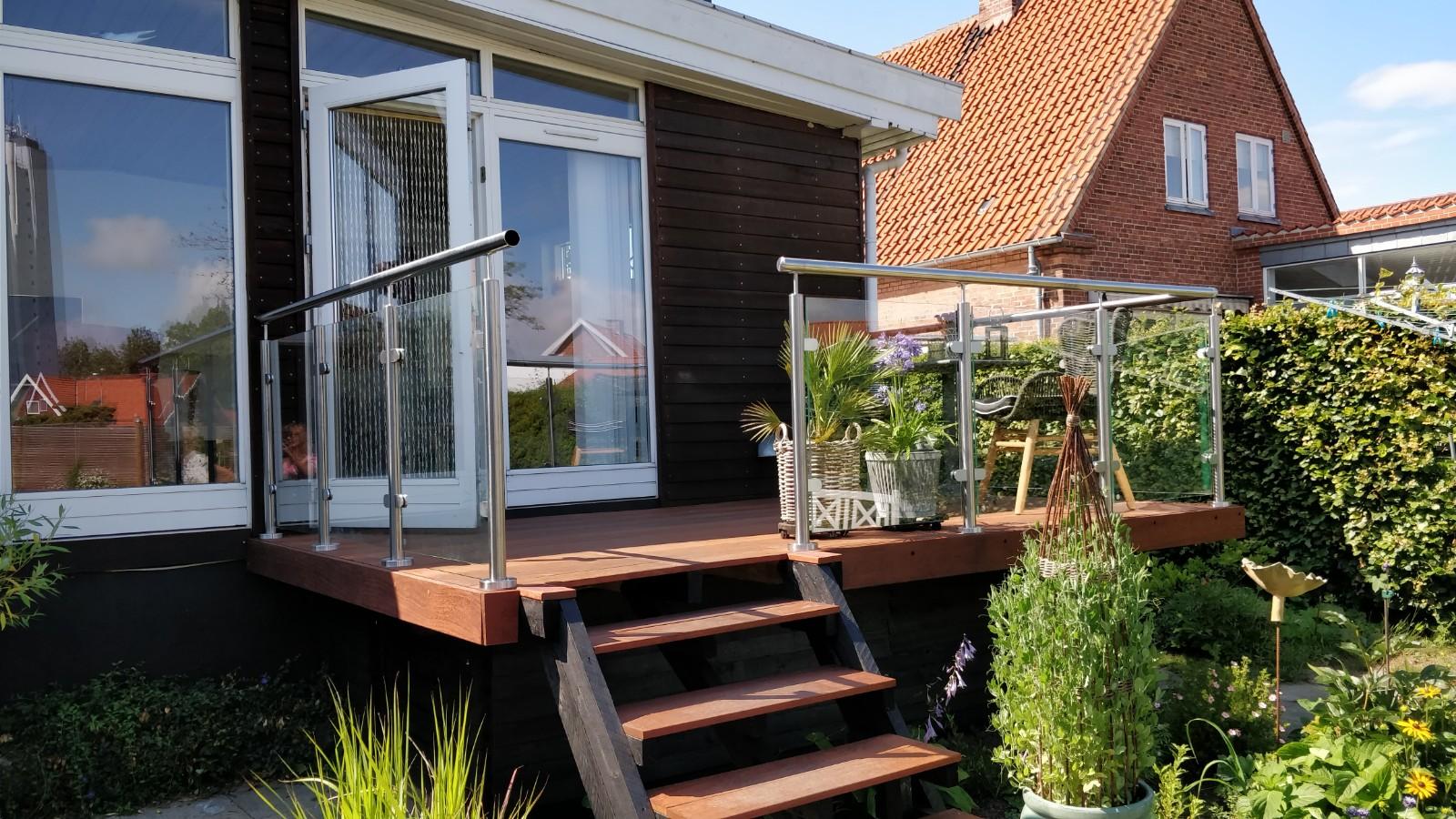 gelænder på hævet terrasse