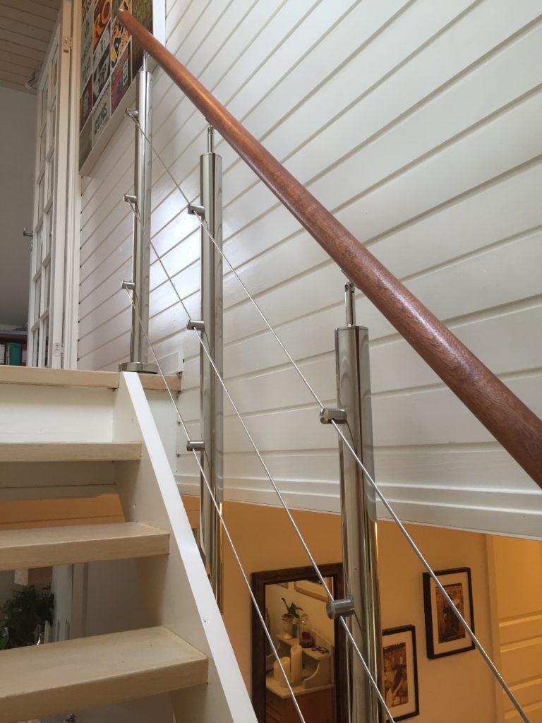 Specialdesignet gelænder i stål til indendørs trappe med håndliste i træ