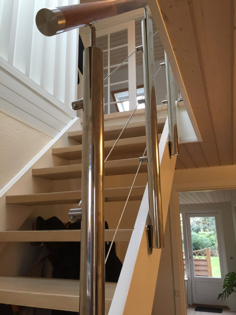 Specialdesignet gelænder i stål til indendørs trappe