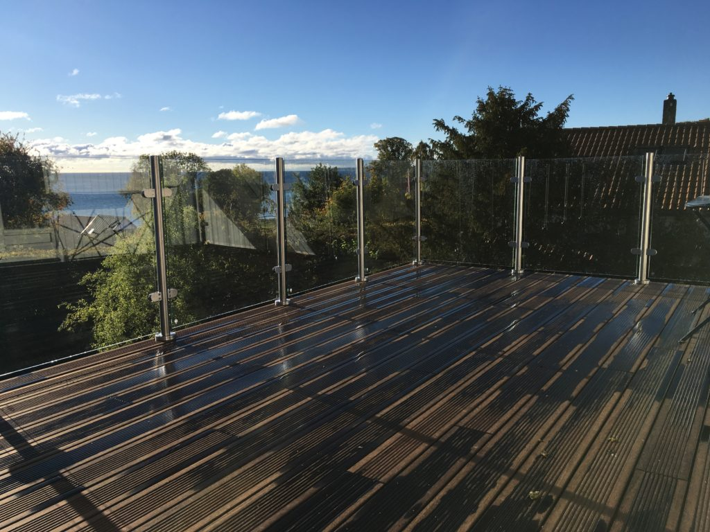 Denne løsning på en stor, flot terrasse med udsigt over havet er vores standard-balustre 1 meter høje med hærdede, laminerede glas og uden håndliste.