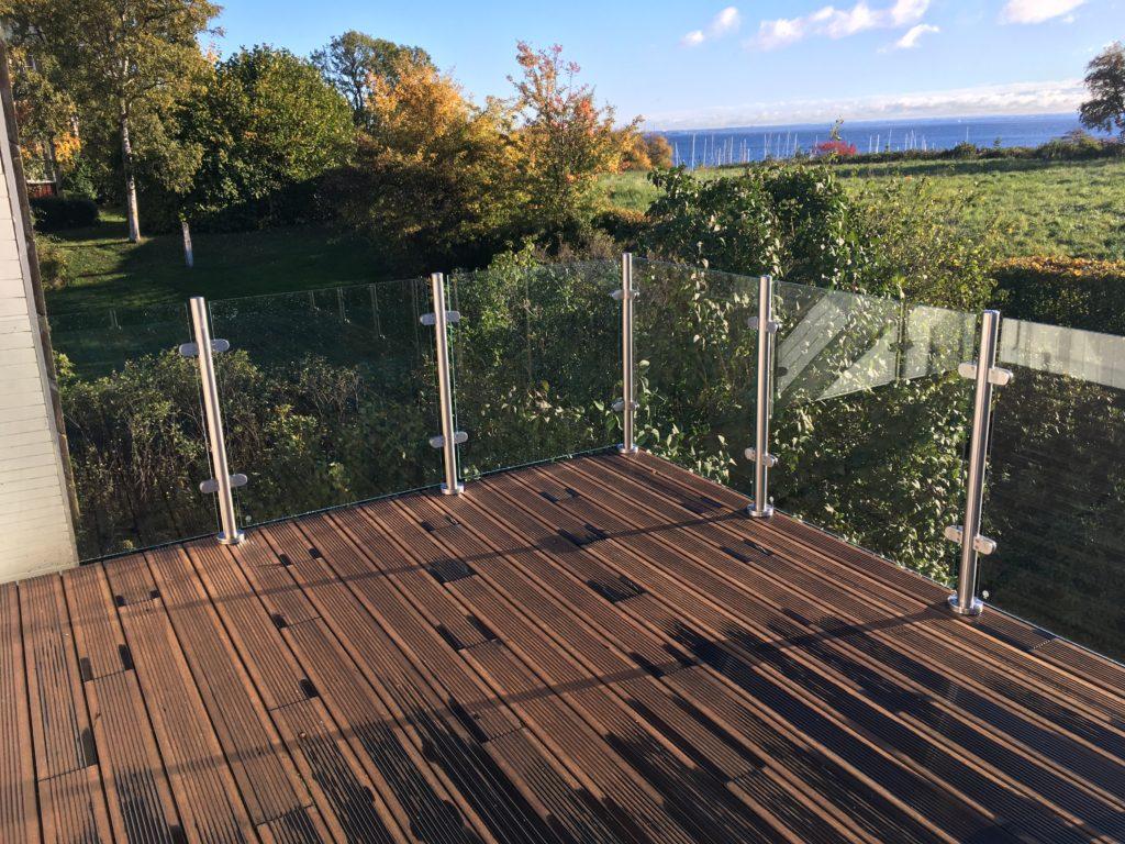 rustfri balustre med glasgelænder på altan