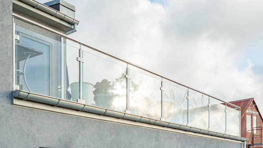 Glasgelænder med håndliste i rustfrit stål