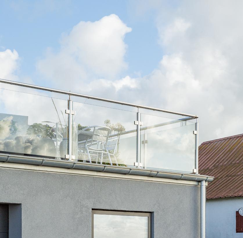 gelænder med glasafskærmning og håndliste