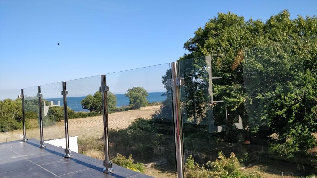 Gelænder i rustfrit stål med udsigt på altan